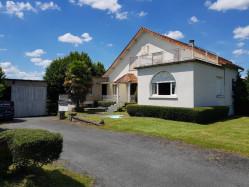 Proximité de Chalais à 5 minutes Construction années 30 à relooker offrant 200 m² + Maison indépendante + terrain 4 200 m²