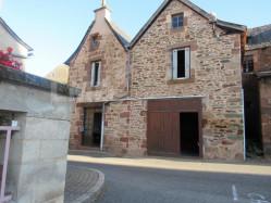 Maison de villageà Noailhac sur le chemin de Saint Jacques de Compostelle avec dependandes et grange sur 2 niveaux a restaurer