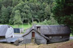 Ensemble immobilier de 272 m2  dont 68 m2 habitable située dans le petit village d'Escot sur un terrain de 1767 m2