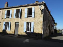 Maison ancienne de village de 120 m² habitables sur 2 niveaux avec 3 chambres + dressing prête à décorer