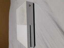 Xbox One S 500 go + 2 manettes + 4 jeux