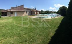 Jolie villa T5 plain-pied 176 m2, piscine couverte, grand garage, jardin 2600m2