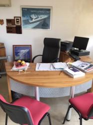 2bureau+ table de reunion+ meubles+chaises