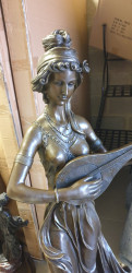 Superbe femme en bronze avec socle en marbre .