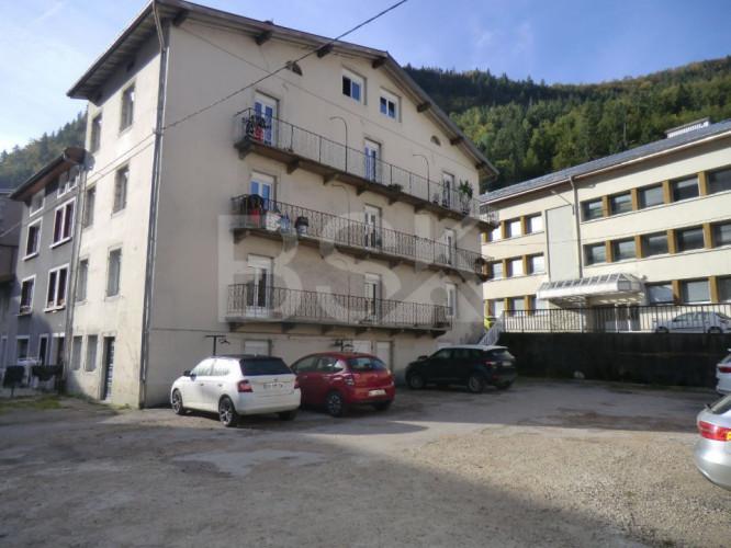 immeuble composé de 3 appartements avec balcons et  cour privative