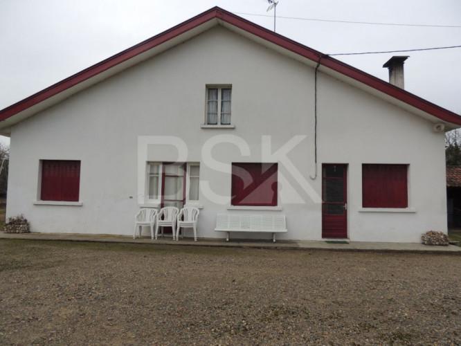 Maison landaise avec combles aménageables sur terrain de 29514 m² et dépendances