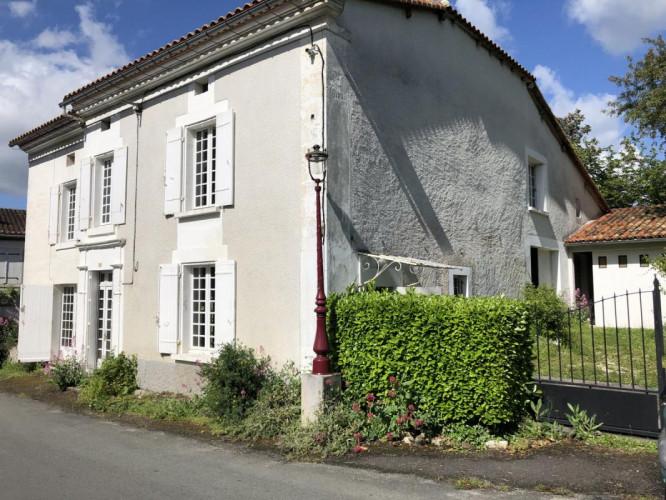 5 minutes de Chalais Belle maison de village 145 m² habitable de suite + terrain