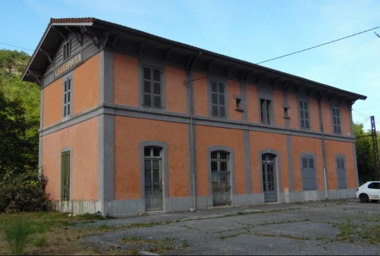 Proche Virieu-le-Grand, vends 2 logements en duplex à finir de rénover