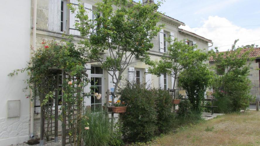 PROCHE SAINTES Maison Charentaise rénovée de type T4 avec
