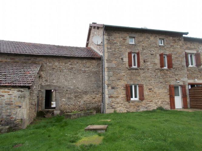 Maison en pierre avec trois chambres