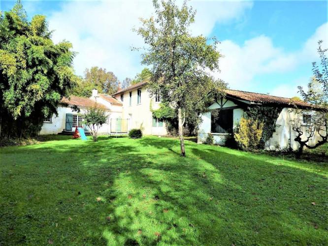 Villejésus proche Aigre (16140) Moulin de 400 m² avec piscine