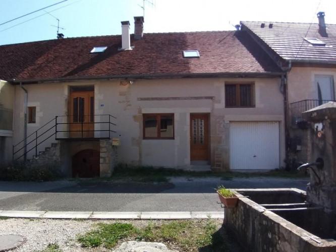 LONS-LE-SAUNIER Sud (39 JURA), à vendre maison de village de 160m², 7 pièces, avec 305m² de terrain