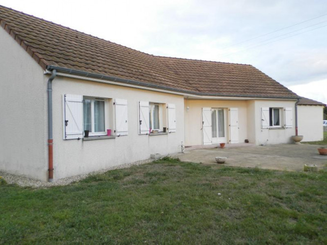 SAINT GERMAIN DU PLAIN(71), maison (2002) plain-pied 100 m², quatre chambres, terrain 2500 m²