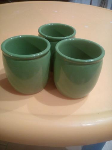 Trois pots de yaourt en terre cuite