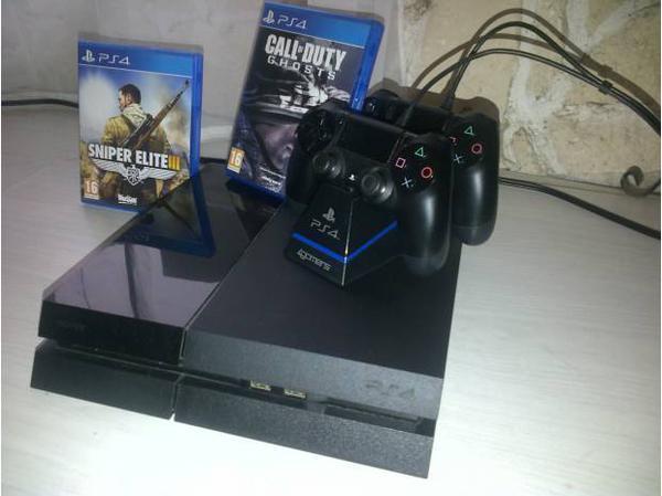 PS4 2 jeux et 2 manettes sur support