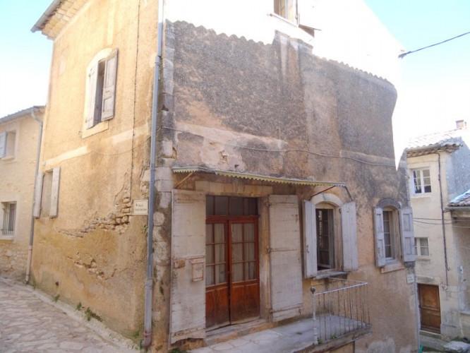 Maison à restaurer  au coeur du village de Simiane La Rotond