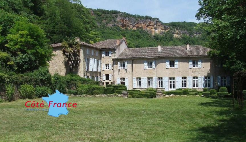 TARN PROCHE PUYCELCI Château du XVIIIe  avec dépendances, parc, piscine sur 13 ha