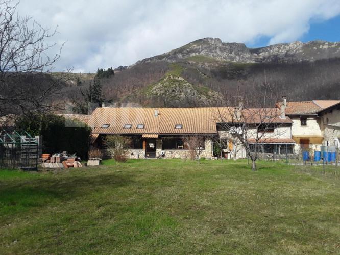 MAYRES au coeur de la montagne Ardechoise vends maison de village en pierre traditionnelle de 162m2 disposant d'un jardin rare de 800m2