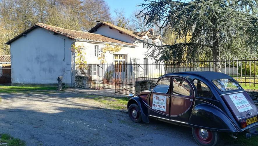 Maison de campagne 200 m² dependances terrain 2000 m² bordé par la Charente