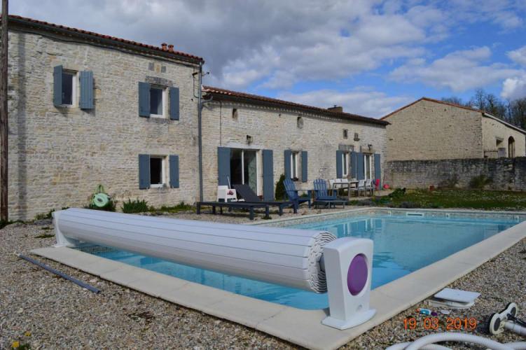 Maison charentaise en pierre de 170 m2 avec piscine à Jauldes