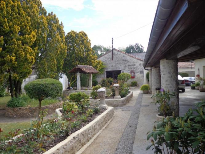 Propriété 320 m² hab jardin dependances 15 mns ouest angouleme