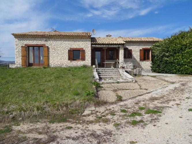 Belle villa traditionnelle en pierre offrant une belle vue s