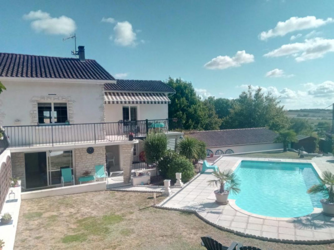 A 2 minutes Brossac, superbe maison 198m², piscine, terrain, vue