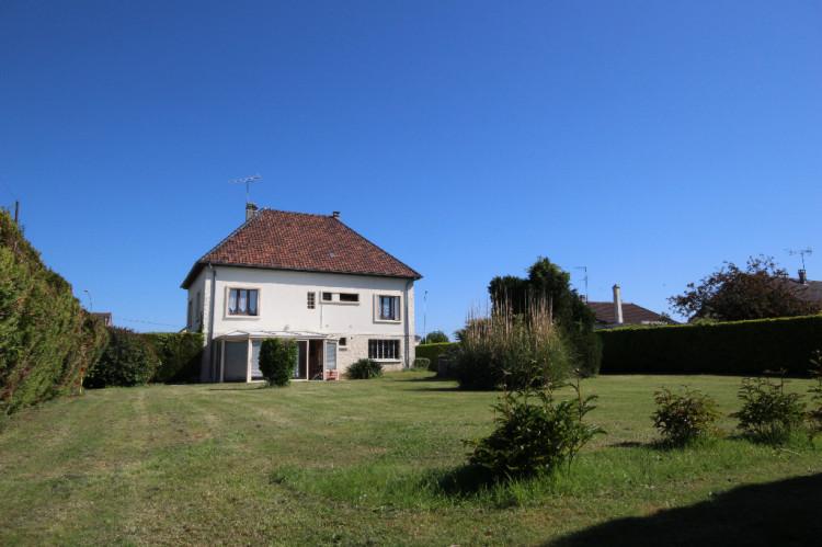 Maison familiale avec beau jardin arboré