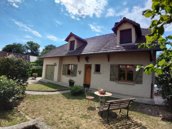 Proche LONS-LE-SAUNIER, vends maison individuelle de 180 m², 4 chambres sur 1359 m² de terrain