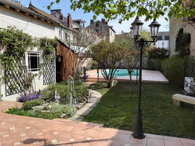 LONS-LE-SAUNIER (39 JURA), RARE ! A vendre maison de 180 m² au centre-ville avec jardin et piscine