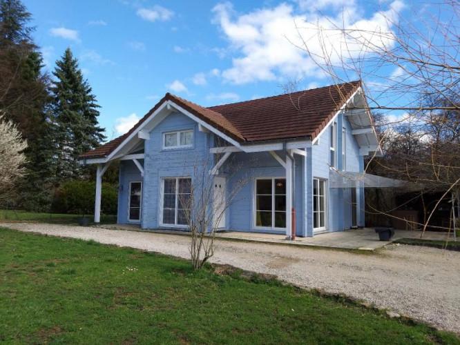 LONS-LE-SAUNIER (39 JURA), à vendre maison individuelle bois de 140 m², sur terrain de 1632 m²