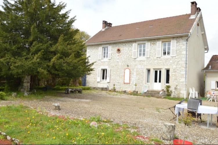 Clairvaux-les-Lacs, vends proche du centre, belle maison en pierre, 5 chambres et un grand jardin