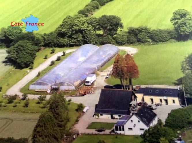 FINISTERE SCAER Belle propriété avec gîte (longére) , grange, belle vue sur le village et serre de 1000m2 , près des commerces, 45mn de Quimper et de l'océan Atlantique