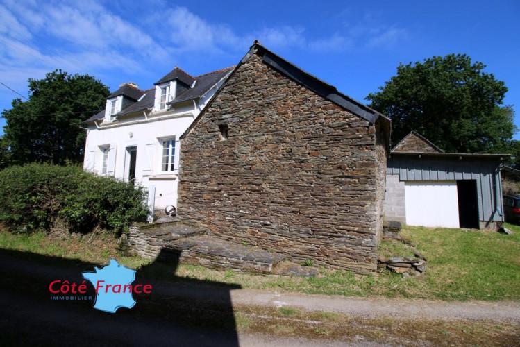 FINISTERE SAINT-THOIS Maison en bon état avec  2 chambres au calme, une grange attachée  et un garage, 8mn de Chateauneuf du Faou