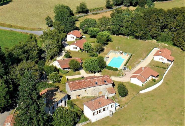 FIGEAC 46100 propriété rurale, maisons, gîtes, salle de réception, piscine et aires de jeux