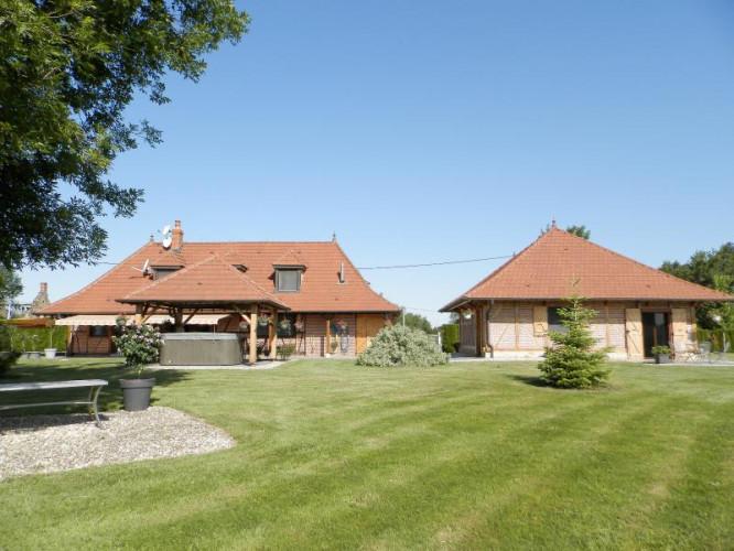 SAINT-GERMAIN-DU-BOIS (71), vends maison de caractère 157 m², gîte, terrain 5089 m²