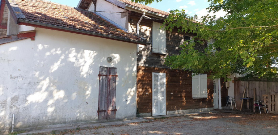 Ensemble immobilier, à RION DES LANDES. La bâtisse se compose