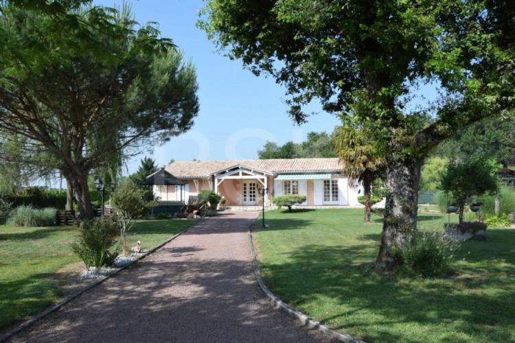 Maison traditionnelle de 162 m2 avec très beau terrain arboré de 2500 m2 et triple garages